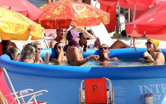 Lívia Lemos, Jonathan Haagensen e amigos curtiram o sol dessa segunda-feira (06) em uma piscina de plástico