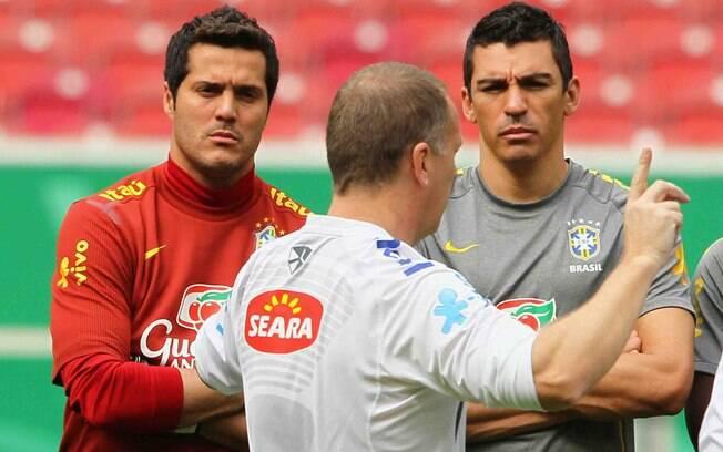 Mano conversa com Lúcio e Julio Cesar. Com o  técnico, equipe não venceu nenhuma seleção de  ponta