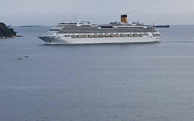 Imagem aérea lateral do navio Costa Fascinosa chegando no porto de Santos