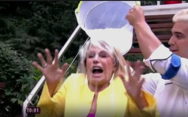 Alguém lembra do desafio do balde de água fria? A apresentadora topou participar ao vivo e viralizou na web