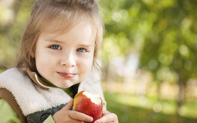 Resultado de imagem para criança comendo maça