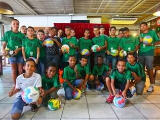 Crianças receberam prêmios por bom desempenho em projeto que incentiva a leitura