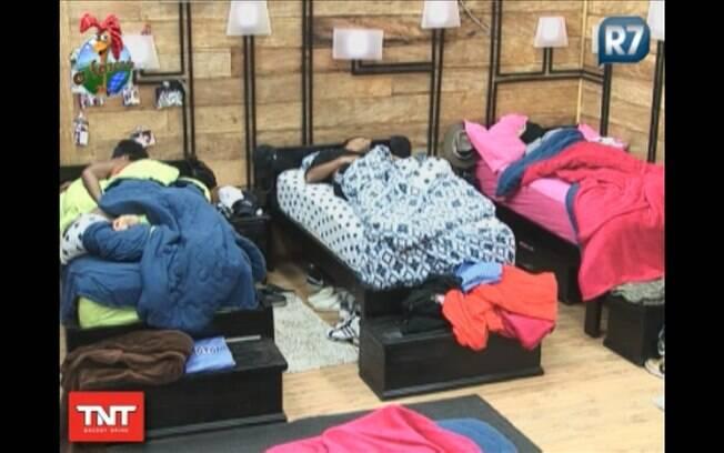 Na imagem: Compadre, Dinei e Gui Pádua deitados na cama