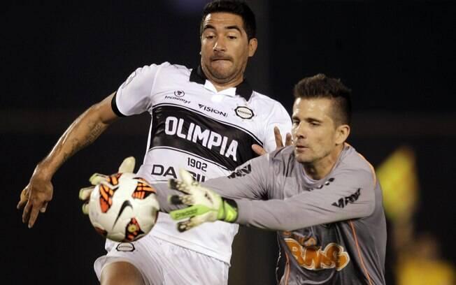 Victor se antecipa a Ferreira e evita o gol  do Olimpia