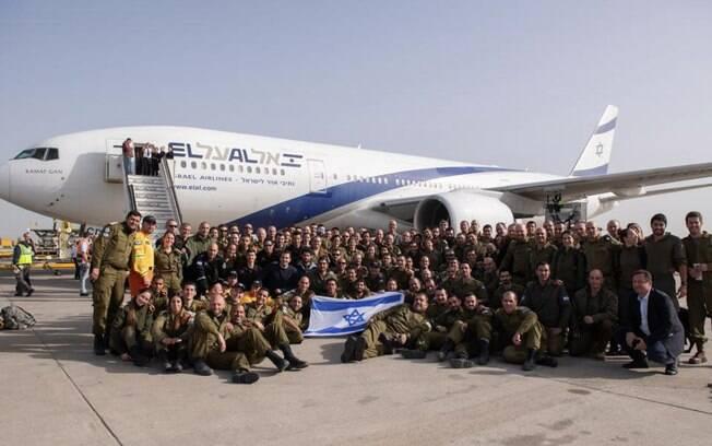Soldados das Forças de Defesa de Israel posam antes de embarque para o Brasil. Eles vão atuar nas buscas em Brumadinho