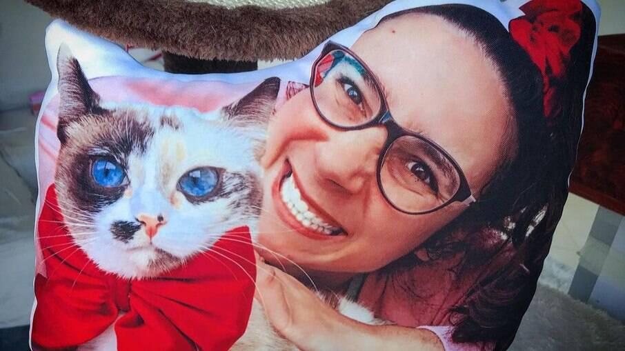 Rita Andrade decidiu produzir almofadas em formato de pet e virou sucesso em Portugal