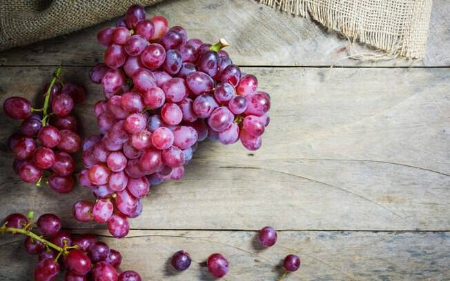 Uma substância chamada resveratrol, presente na casca e sementes da fruta, tem forte ação anti-inflamatória