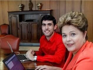 A presidente Dilma Roussef e Jeferson Monteiro, autor do perfil Dilma Bolada, em conversa no Palácio do Planalto