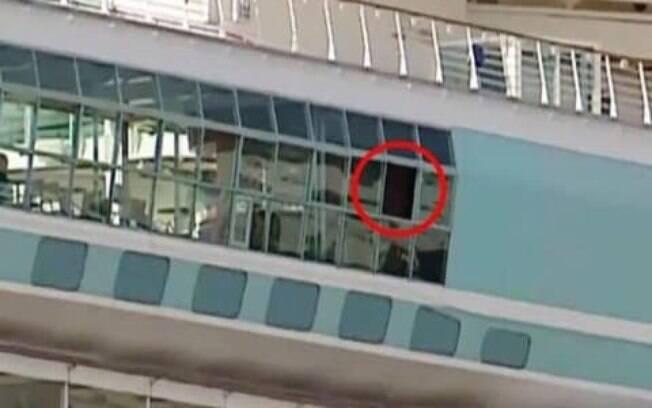 Autoridades investigam se janela já estava aberta antes de incidente ocorrer