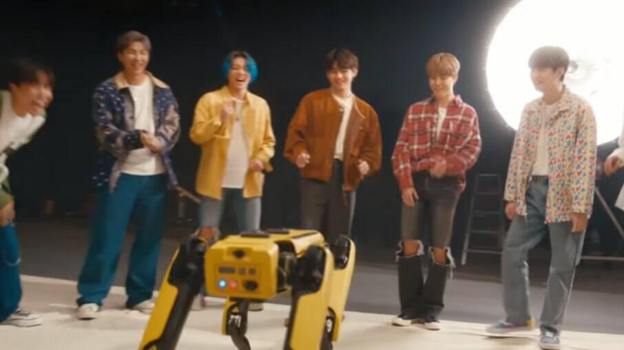 Spot e a banda BTS