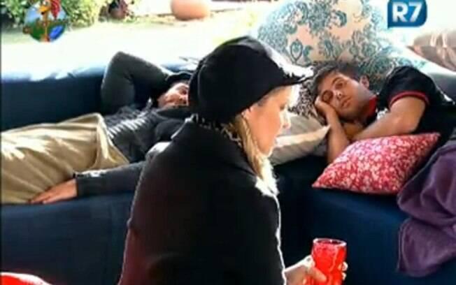 Anna Markun conversa com os peões na varanda