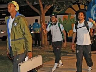 Jogadores desembarcaram na noite desse sábado e driblaram fãs