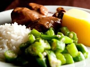 A galinha ao molho pardo é a atração do Maria das Tranças desde a década de 1950