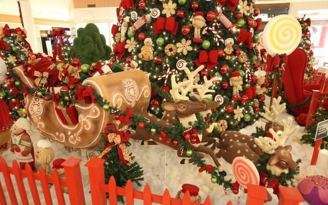 jogos de decorar arvores de natal no click jogos:No detalhe da imagem, a decoração de Maringá é repleta de bengalas