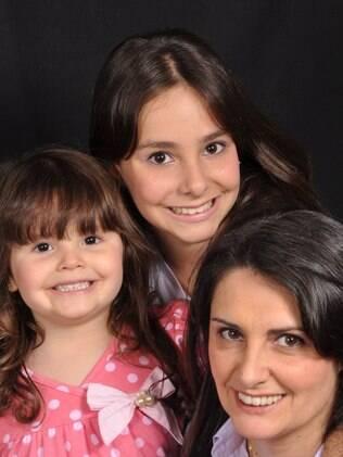 Regina com as filhas Nadine, no alto, e Raissa: a caçula pergunta se