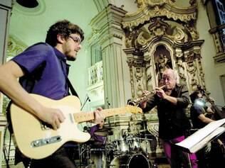 2013. O músico Carlos Malta se apresentou no Convento de São Bento, em Olinda, interagindo com o público em local inusitado