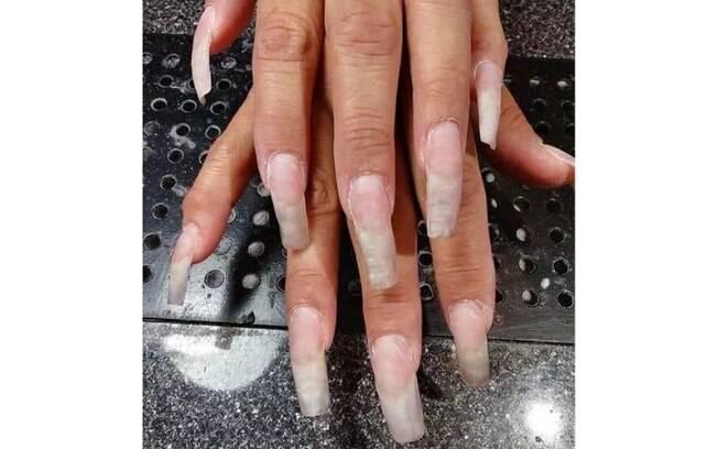 Mulher compartilha foto das unhas grandes e compridas na web, mas é recebida com diversas críticas pelos usuários