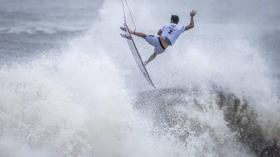 Gabriel Medina tenta, mas medalha de bronze fica com australiano
