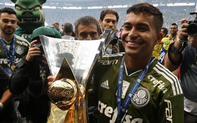 Dudu com o troféu de campeão brasileiro 2018; ele foi um dos melhores meias e também o melhor do campeonato, segundo o prêmio Bola de Prata