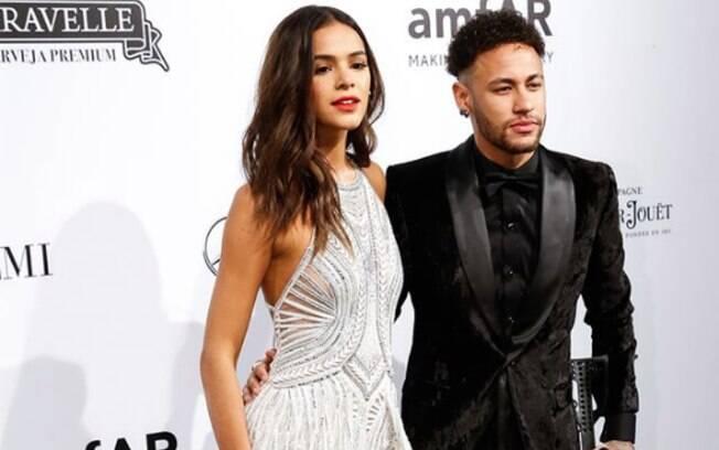 Bruna Marquezine compareceu com o namorado, Neymar Jr, em evento de gala no qual jogador foi homenageado
