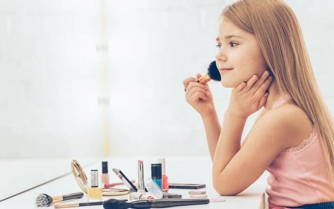 Crianças e pré-adolescentes podem usar maquiagem? Mãe fica em dúvida e abre debate em fórum de mães