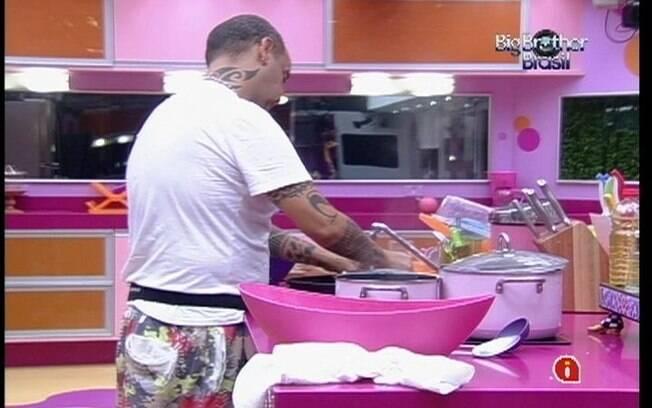 João Carvalho prepara o almoço dos brothers