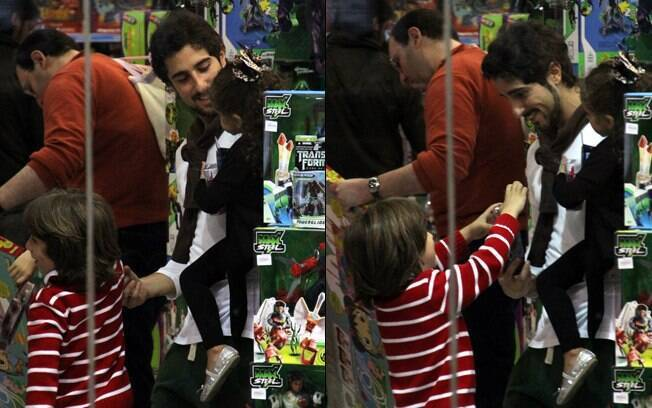 Romeo ficou encantado com a loja de brinquedos