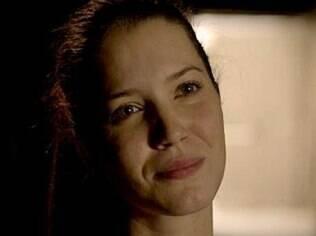 Carminha tenta convencer Débora de que não é a vilã da história