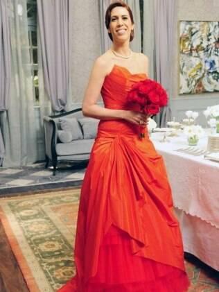 Bibi (Maria Clara Gueiros) em seu vestido vermelho de noiva