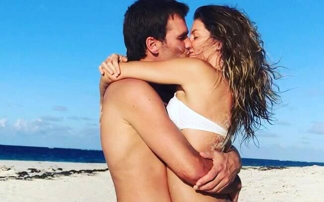 Gisele Bündchen e Tom Brady compartilham um beijo em clique postado pelo jogador em homenagem ao aniversário da esposa