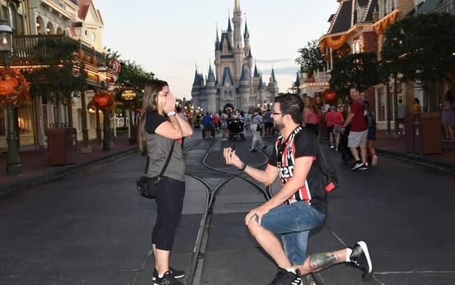 Elaine Marquez foi pedida em casamento na Disney, em frente ao Castelo da Cinderela, no parque Magic Kingdom
