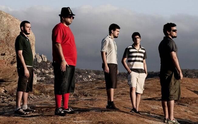 Mombojó se prepara para lançar sexto disco da carreira de maneira inusitada: liberando um single por vez