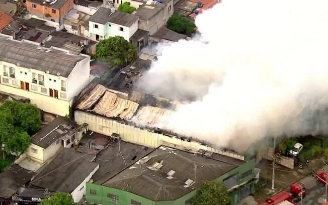 O teto do prédio desabou por causa do fogo