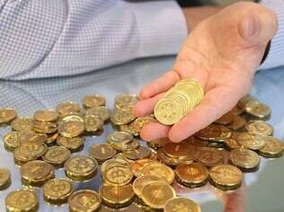 Bitcoin é uma moeda virtual criada por Satoshi Nakamoto