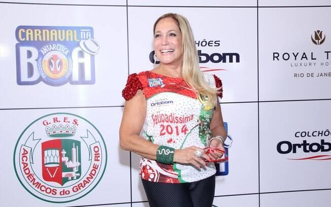 Susana Vieira era só sorrisos durante a feijoada da escola