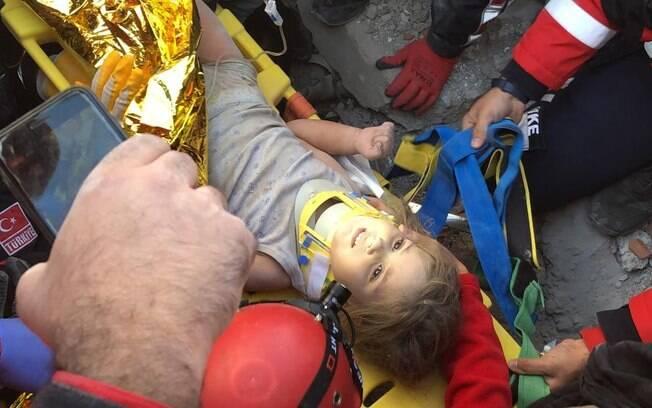 É o segundo caso de resgate bem-sucedido realizado pelos Bombeiros após os desabamentos