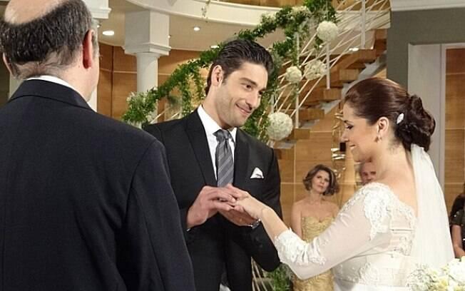 Claudia e Rubinho trocam alianças