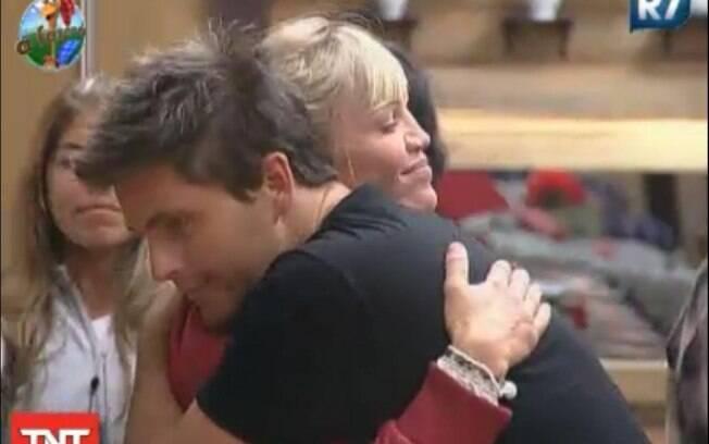 Duda Yankovich abraça Thiago Gagliasso antes de ir para a Roça