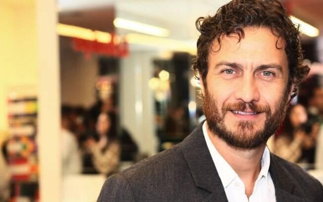 Gabriel Braga Nunes disse estar solteiro mas não comentou sobre carinho recebido de loira misteriosa