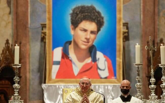 Uma imagem de Carlo Acutis, de 15 anos, vista durante sua cerimônia de beatificação em Assis, Itália, sábado, 10 de outubro