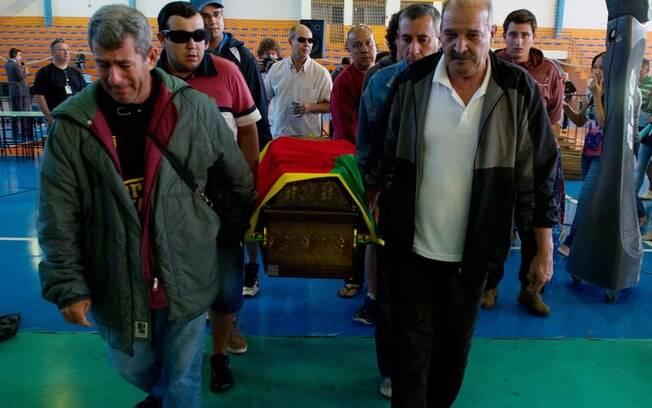 Familiares levam caixões para os cemitérios da cidade de Santa Maria, nesta segunda-feira (28)