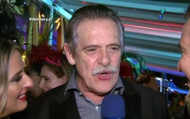 Na folia! José de Abreu exagera na dose e dá entrevista com boca suja de batom