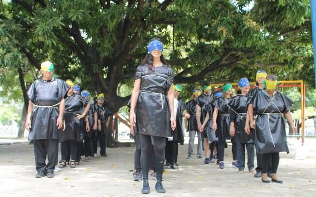 No Recife, manifestantes vestidos de preto fizeram performance