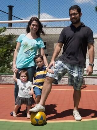Filhos de pais de baixa estatura, Luca e a irmã caçula Nina são acompanhados por médicos que avaliam o desenvolvimento das crianças