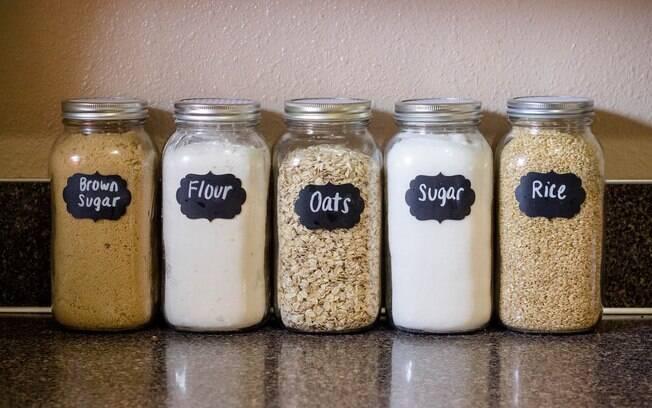 Os adesivos ajudam a identificar o que contém em cada pote e, assim, facilitar o dia a dia na cozinha