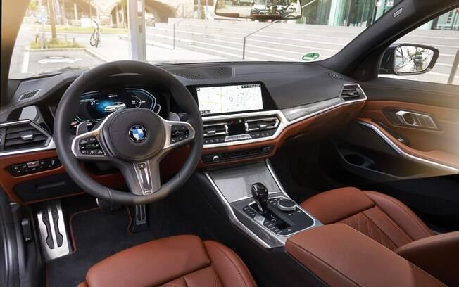 Interior segue a configuração da BMW 330i M Sport, que custa R$ 21 mil a mais