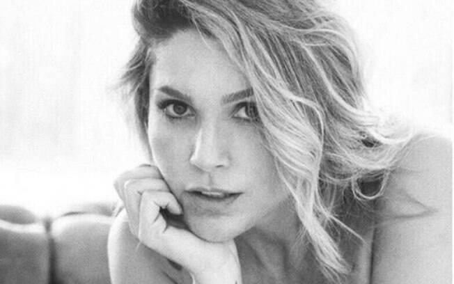 Flávia Alessandra posa completamente nua, compartilha no Instagram e recebe elogios dos internautas