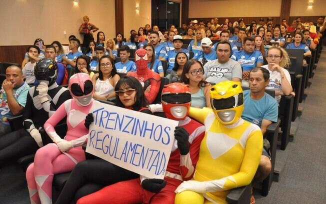 Vestidos de Power Rangers, funcionários do trenzinho da alegria protestaram contra pedido de paralisação feito pelo MP