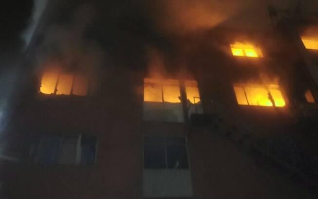 Bombeiros passaram a noite combatendo o fogo no armazém abandonado