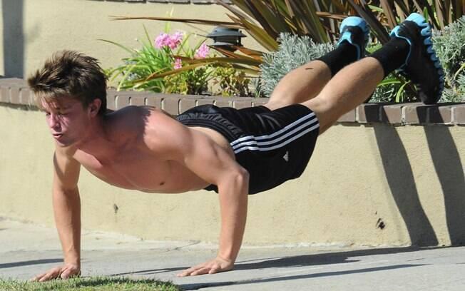 O menino de 18 anos fez várias modalidades de flexão